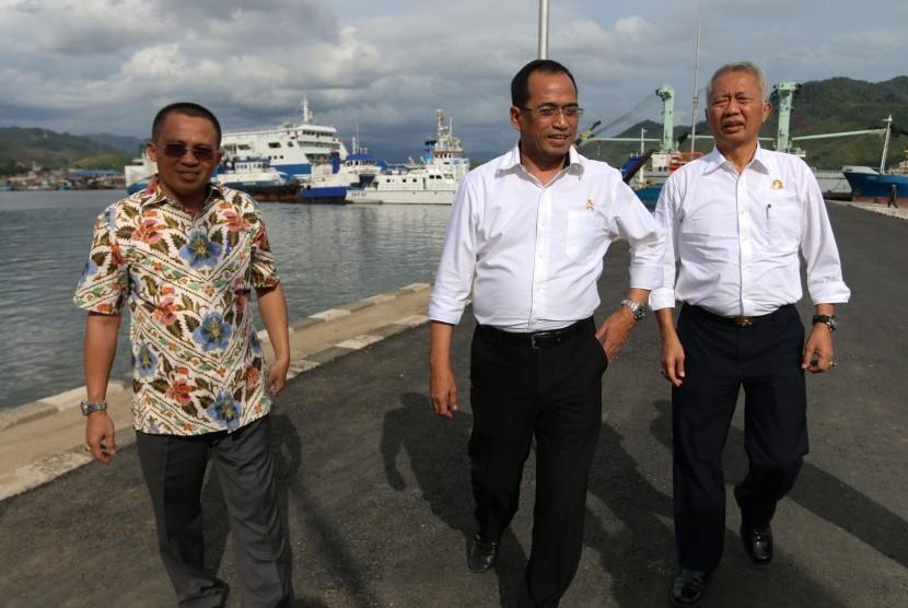 Menteri Perhubungan Budi Karya Sumadi (tengah) didampingi Dirjen Perhubungan Laut Tonny Budiono (kanan) bersama Dirut PT Pelindo I Bambang Eka Cahyana (kiri) ketika meninjau Pelabuhan Sibolga, di Sibolga, Sumatera Utara, Jumat (19/8).