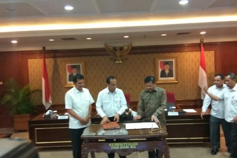 Menteri Perhubungan (Menhub) Budi Karya Sumadi (tengah), Menteri Pemberdayagunaan Aparatur Negara dan Birokrasi Reformasi Asman Abnur (kiri), dan Kepala Badan Pengusahaan Batam Lukita Dinarsyah (kanan) menandatangani Surat Keputusan Bersama (SKB) untuk menbuat Pulau Bebas Batam lebih kompetitif di KemenPAN-RB, Selasa (14/11).