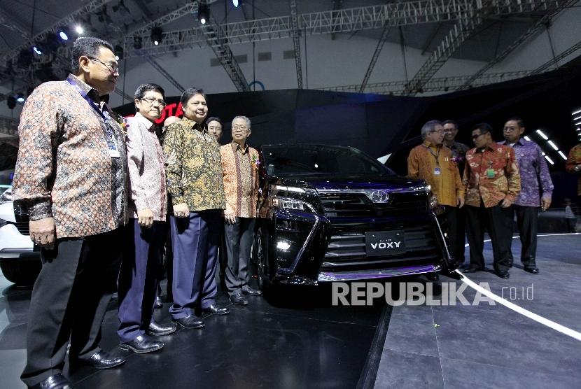 Menteri Perindustrian Airlangga Hartarto (ketiga kiri) mengunjungi stan Toyota usai pembukaan pameran pameran Gaikindo Indonesia International Auto Show (GIIAS) 2017 di ICE BSD City, Tangerang, Banten, Kamis (10/8).