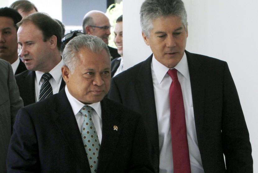 Menteri Pertahanan Australia, Stephen Smith (kanan) bersama Menteri Pertahanan RI, Purnomo Yusdiantoro (kiri)