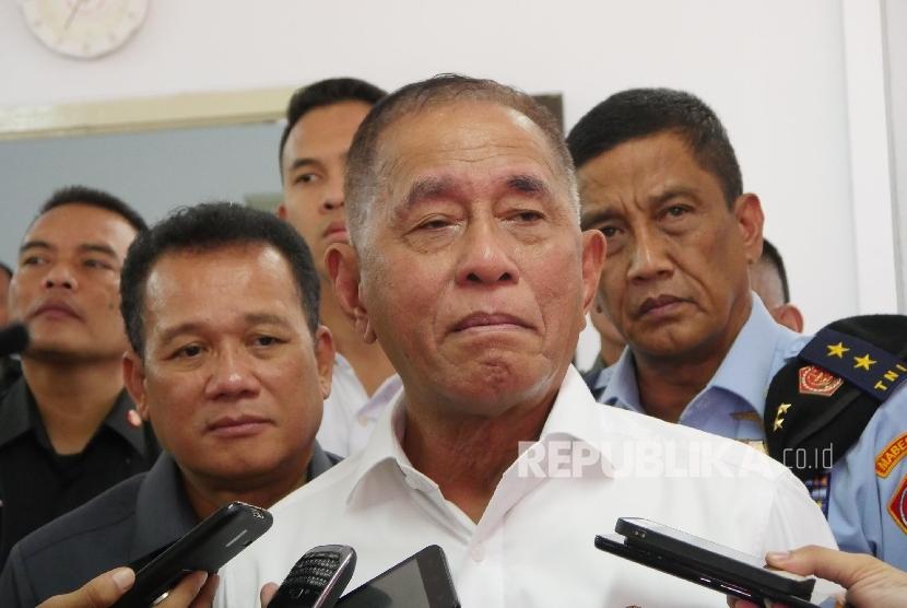 Menteri Pertahanan RI Ryamizard Ryacudu diwawancara wartawan di sela-sela acara sarasehan industri pertahanan di PT Pindad, Kota Bandung, Senin (18/9).