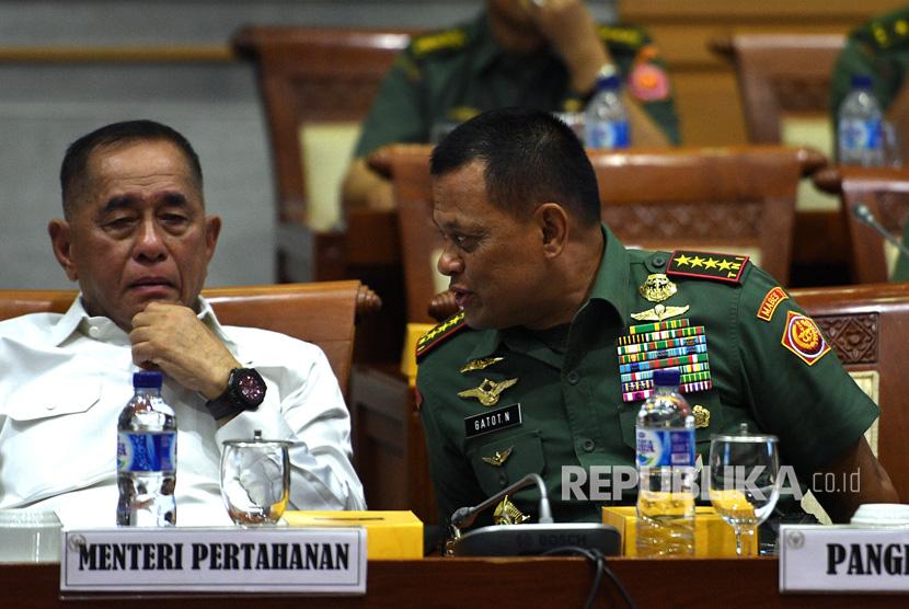 Menteri Pertahanan Ryamizard Ryacudu (kiri) dan Panglima TNI Jenderal TNI Gatot Nurmantyo berbincang dalam suatu rapat dengar pendapat dengan Komisi I DPR.