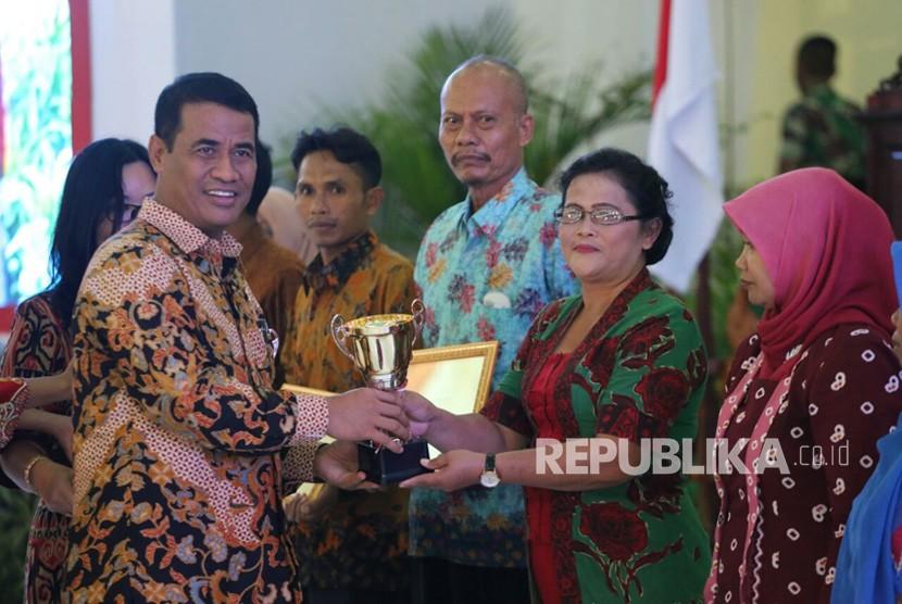 Menteri Pertanian Amran Sulaiman memberikan sambutan pada Hari Pangan Sedunia (HPS) ke-37 di Pontianak, Kalimantan Barat, Kamis (19/10).