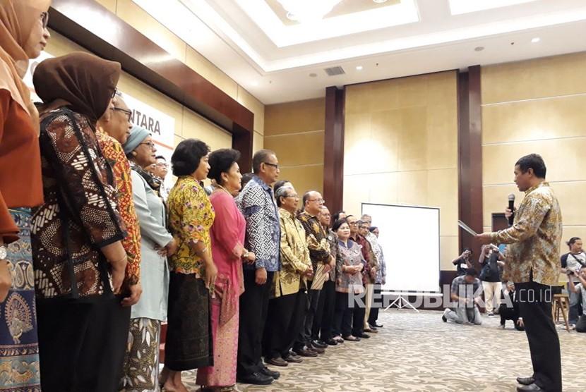 Menteri Pertanian Andi Amran Sulaiman melantik pengurus Dewan Kopi Indonesia (Dekopi) di Intermark Indonesia BSD Serpong, Ahad (11/3)