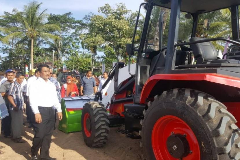 escavatori pindad indonesia  Menteri-pertanian-andi-amran-sulaiman-melihat-traktor-multifungsi-di-_170505162715-665