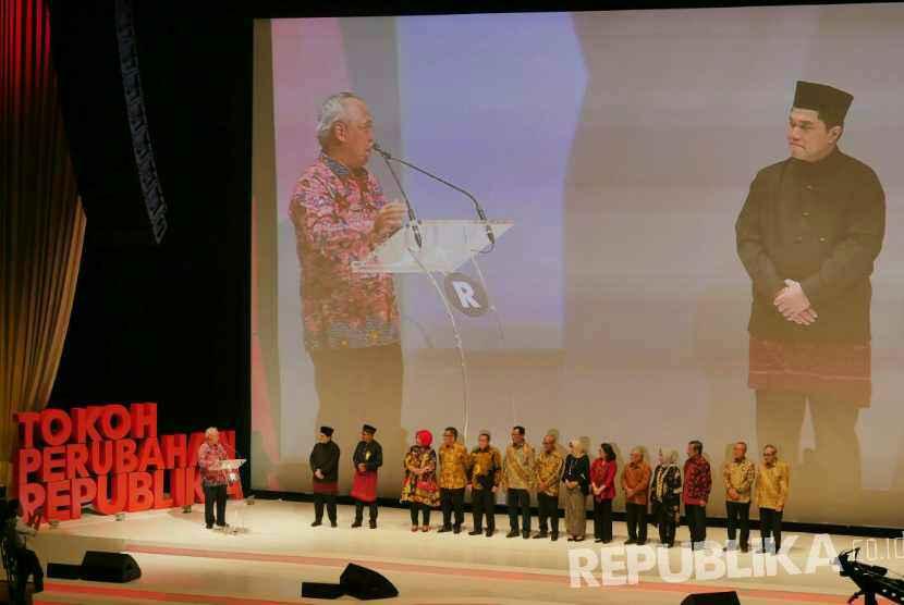 Menteri PUPR Basuki Hadimuljanto menerima penghargaan Tokoh Perubahan Republika 2017 saat malam penganugerahan Tokoh Perubahan Republika di Djakarta Theater, Jakarta Pusat, Selasa (10/4).