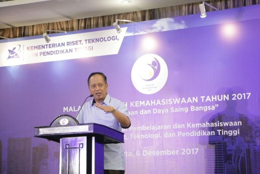Menteri Riset, Teknologi, dan Pendidikan Tinggi (Menristekdikti) Mohamad Nasir memberikan sambutan pada acara Anugerah Kemahasiswaan di Jakarta, Jakarta, Rabu (6/12).