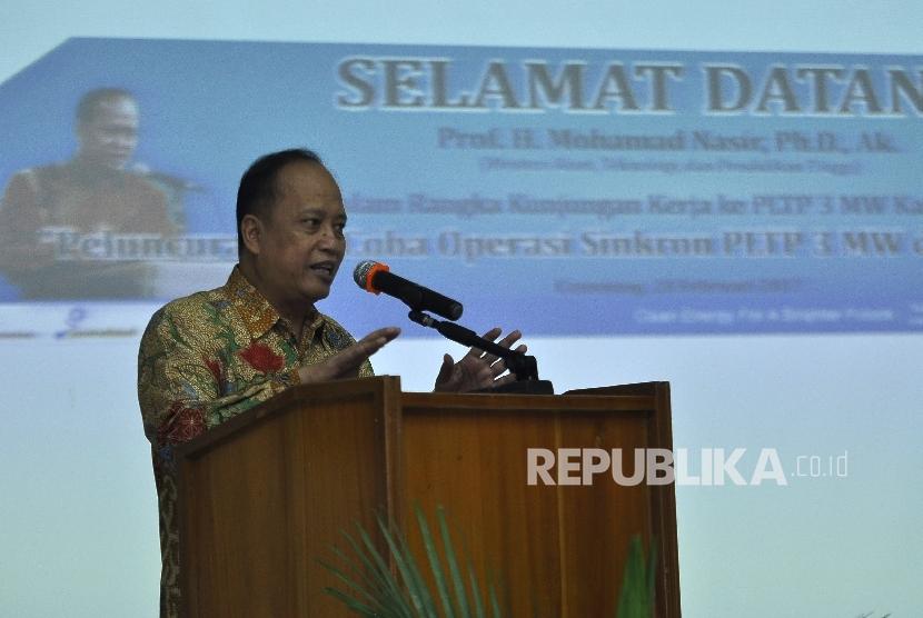 Menteri Riset, Teknologi dan Pendidikan Tinggi, Mohamad Nasir memberi sambutan saat kunjungan kerja ke PLTP 3 MW Kamojang, Kabupaten Bandung, Selasa (28/2).