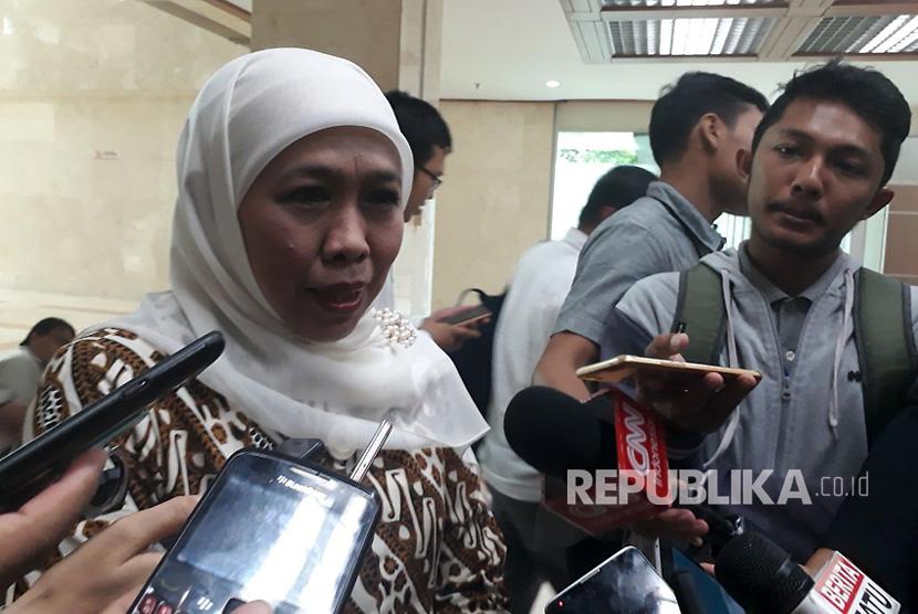 Menteri Sosial Khofifah Indar Parawansa saat ditanyai kesiapannya maju di Pilkada Jawa Timur 2018 sebelum rapat kerja dengan Komisi VIII DPR di Kompleks Parlemen, Senayan, Jakarta pada Selasa (17/10).