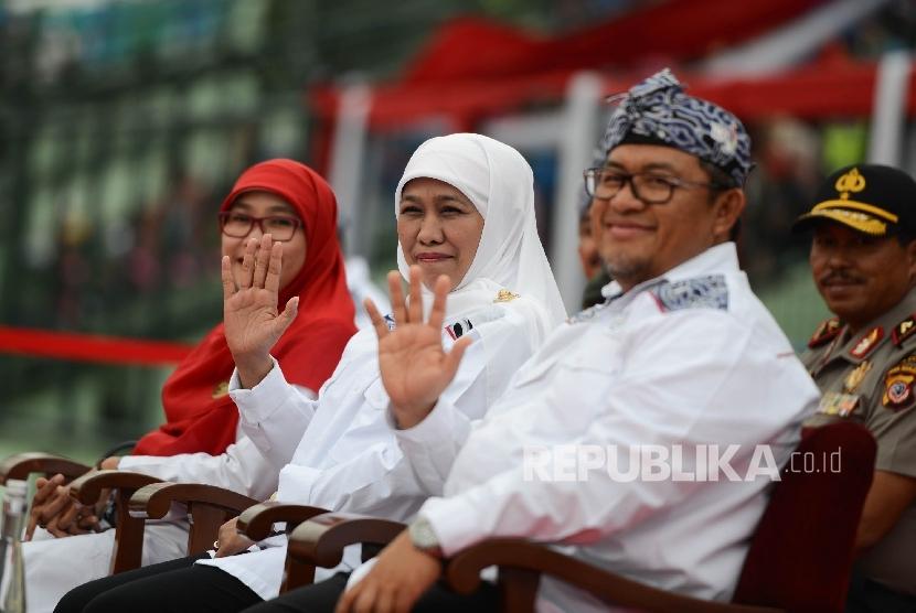 Menteri Sosial Khofifah Indar Parawansa (tengah) bersama Gubernur Jawa Barat Ahmad Heryawan (kanan) melambaikan tangan saat upacara penutupan Pekan Paralimpik Nasional (Peparnas) XV yang diadakan di Stadion Siliwangi, Kota Bandung, Jawa Barat, Senin (24/10