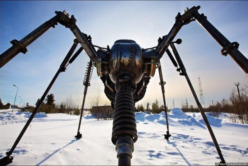 Patung Nyamuk Impresif itu berdiri tepat di lapangan minyak Gazprom, Siberia Barat, dibuat pematung Valery Chaliy, langsung di atas lahan properti Gazprom di Noyabrsk, Rusia.