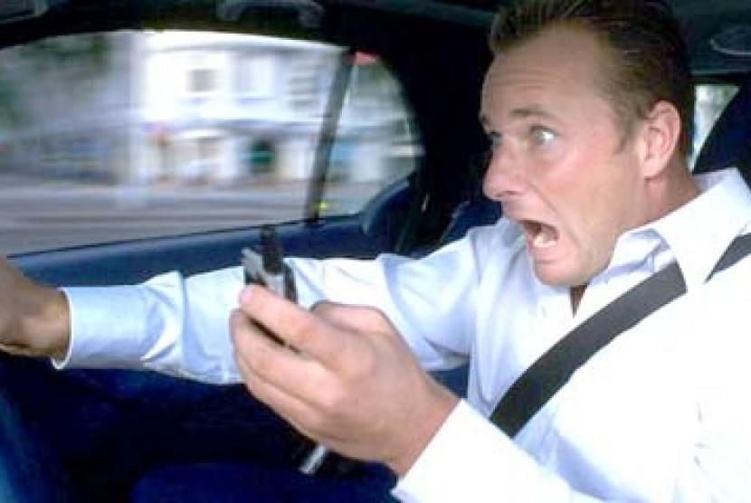 Menyetir sambil SMS berisiko