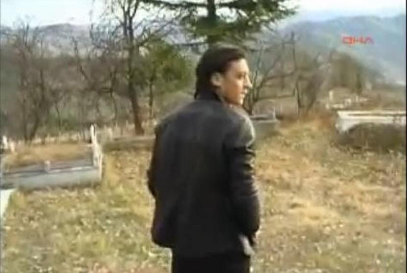 Mesut Ozil saat melakukan ziarah kubur di Turki