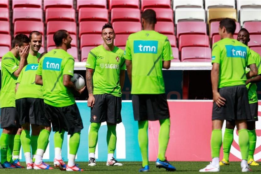 Cristiano Ronaldo, winger timnas Portugal, berbincang dengan rekan setim Fabio Coentrao (tengah) usai mengikuti sesi pemusatan pelatihan di Stadion Municipal di Obidos, Portugal, pada Senin (21/5).