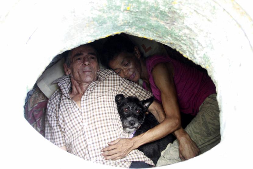 Miguel Restrepo bersama istrinya Maria Garcia tampak bahagia hidup secara sederhana dalam rumah selokan di kota Medelline,Kolombia, Selasa (4/12). (Reuters/Albeiro Lopera)