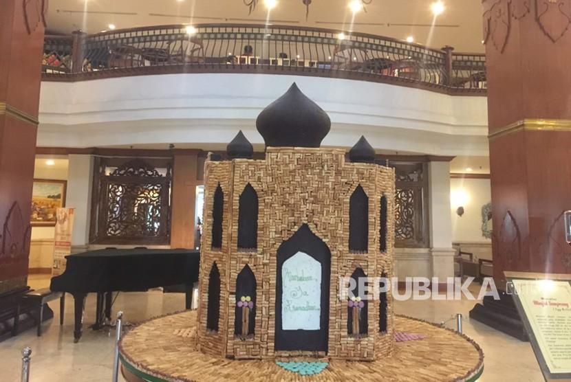 Miniatur masjid terbuat dari kue semprong terpajang di lobi the sunan hotel. miniatur masjid ini dibuat selama 3 hari untuk menyambut datangnya bulan Ramadhan.