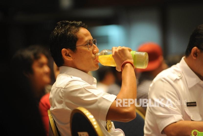 Wakil Gubernur DKI Jakarta Sandiaga Uno meminum infuse water (Ilustrasi)