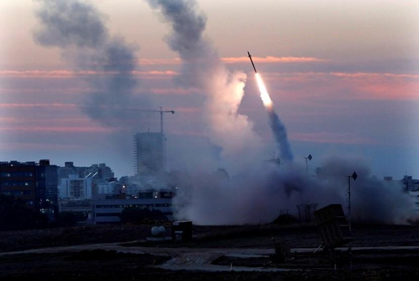 Misile Iron Dome Israel mencoba menghadang roket-roket Hamas