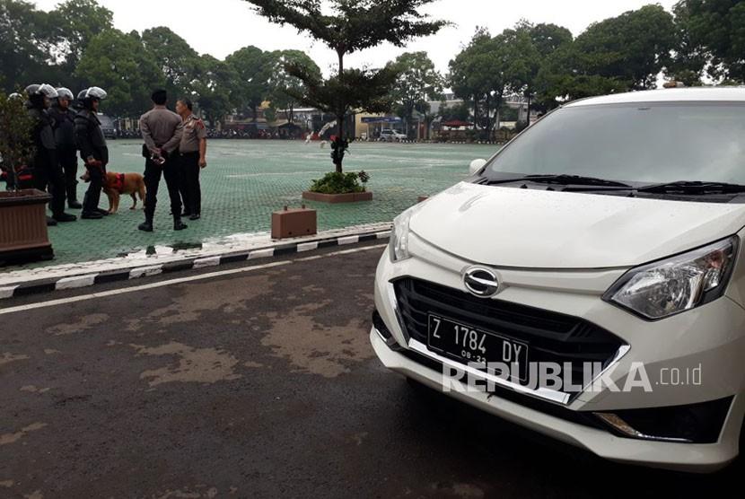 Mobil Daihatsu Sigra milik AS (50) komisioner KPU Garut yang diduga hasil suap disita polisi.