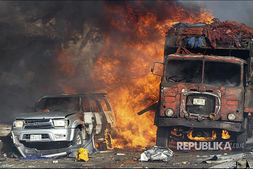 Mobil dan truk terbakar di lokasi ledakan bom di depan Safari Hotel, Mogadishu, Somalia, (14/10) waktu setempat
