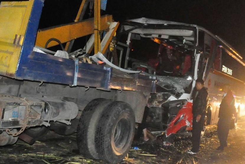 Mobil derek Satlantas Polres Semarang mengevakuasi bus PO Hafapan Jaya yang mengalami kecelakaan beruntun di KM 25 jalan tol Semarang- Bawen, Kamis (22/6) malam.