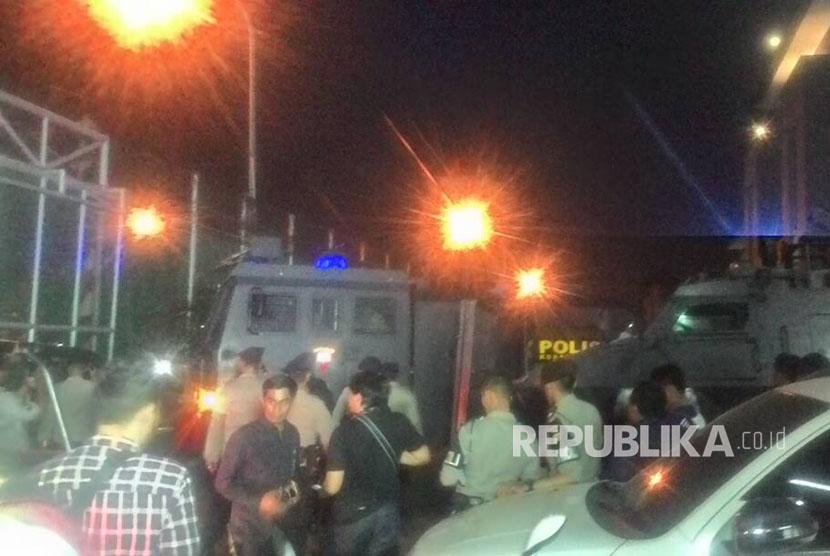 Breaking News: Polisi Ancam Bubarkan Aksi Pendukung Ahok di LP Cipinang