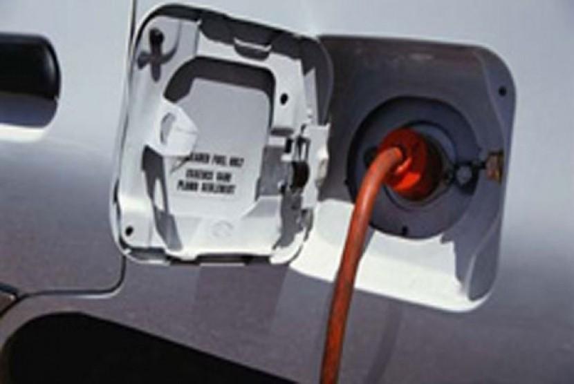 Mobil listrik di charge (ilustrasi)