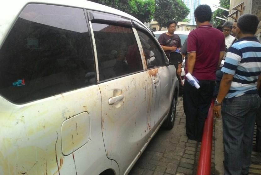 Mobil milik Hermansyah, pakar IT dari ITB yang menjadi korban pembacokan orang tak dikenal, Ahad (9/7). Mobil ini menjadi barang bukti dari kasus kekerasan tersebut (Ilustrasi)