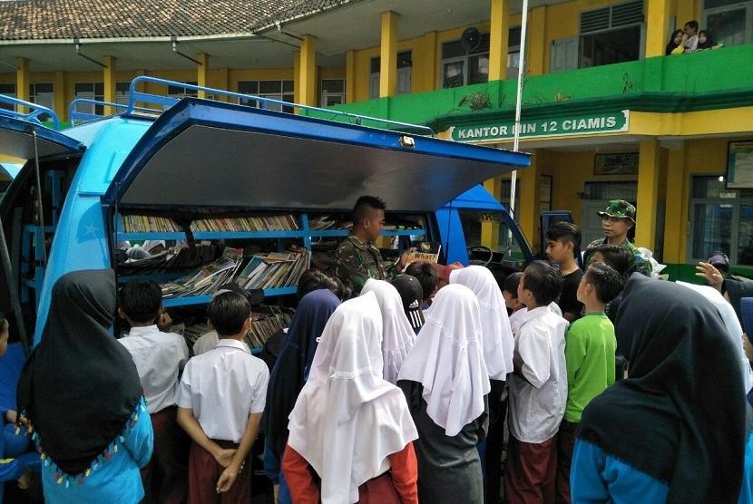 Mobil Pintar Brigif Raider 13   Galuh Kostrad Diserbu Oleh Anak-anak Sekolah