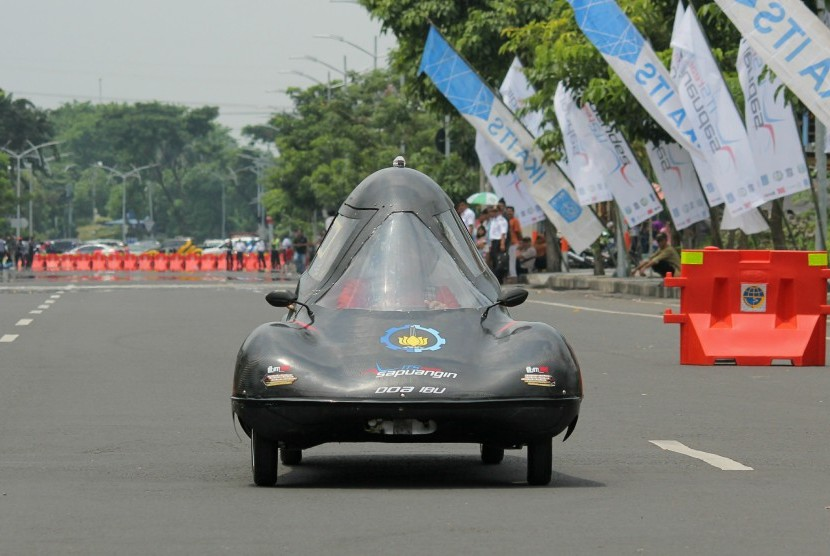 Mobil Sapuangin XI Evo 1 ITS Surabaya melaju di jalan usai peluncurannya di Frontage Road Jalan A Yani, Surabaya, Jawa Timur, Minggu (12/3). T