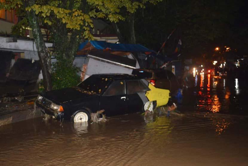 Mobil terseret arus banjir bandang Garut