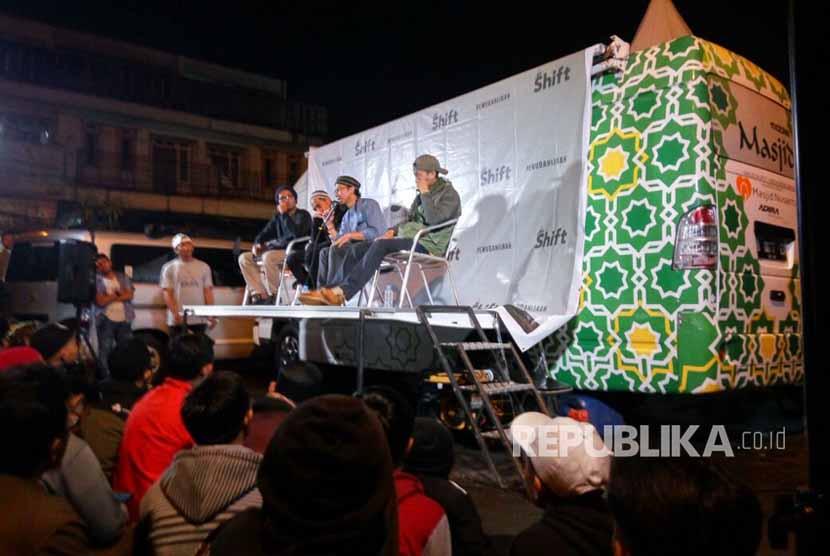 Mobile Masjid dari Masjid Nusantara hadir dalam acara Kajian Dadakan Shift Pemuda Hijrah yang diselenggarakan di wilayah Cicaheum Bandung, Selasa (10/10).