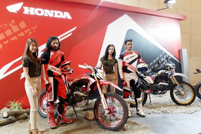 Model berpose dengan All New Honda CRF150L pada acara memperkenalkan sepeda motor All New Honda CRF150L sebagai motor on-off sport sejati di The Springs Club, BSD, Tangerang, Kamis (9/11).