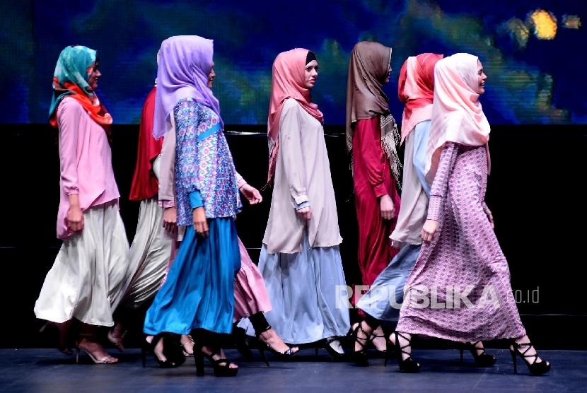 Model memperagakan busana muslim