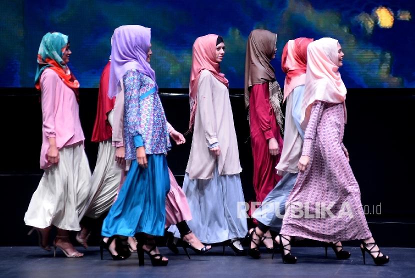 Model memperagakan busana muslim karya Elhijab pada rangkaian acara Indonesia Internasional Halal Lifestyle & conference 2016 di Jakarta, Jumat(7/10) malam.