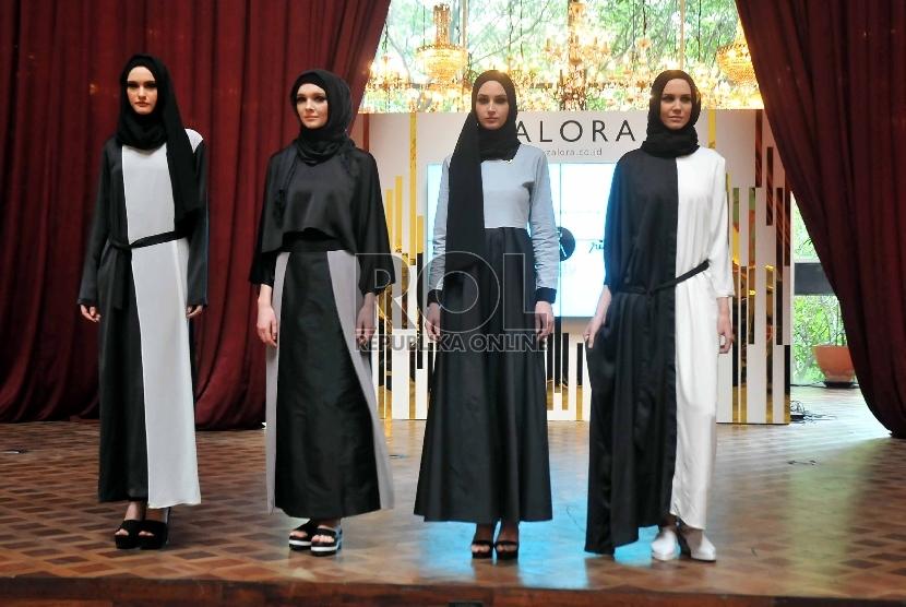 Model memperagakan busana Muslim yang dijual di Zalora.