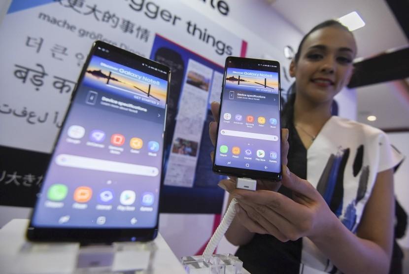 Model menunjukan gawai Samsung Galaxy Note 8 ke dalam air disela-sela peluncurannya di Jakarta, Senin (25/9).