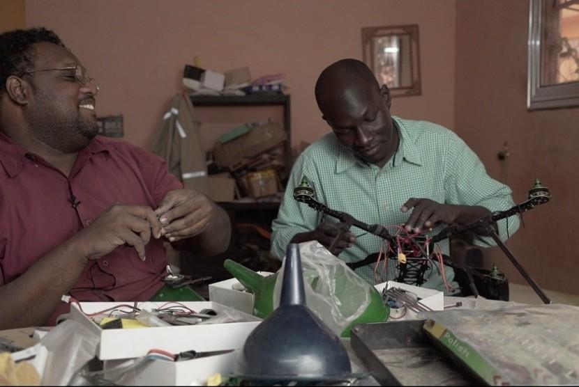 Mohammed Alhatim Ahmed Ibrahim dan Hatem Mubarak Hassan, dari Massive Dynamics ada dua orang warga Sudan yang membangun petani robot terbang pertama di Sudan.