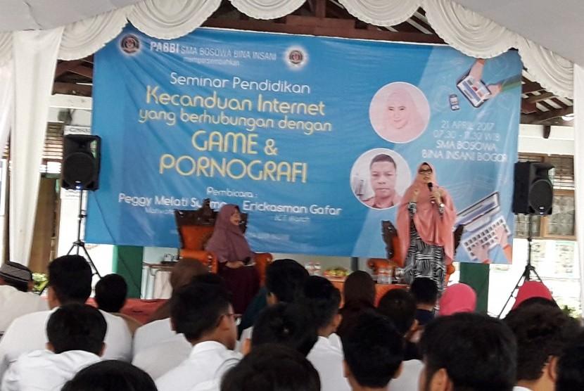 Motivator dan inspirator hijrah Peggy Melati Sukma menjadi nara sumber seminar dampak negatif internet di SMA BBI  Bogor, Jumat (21/4).