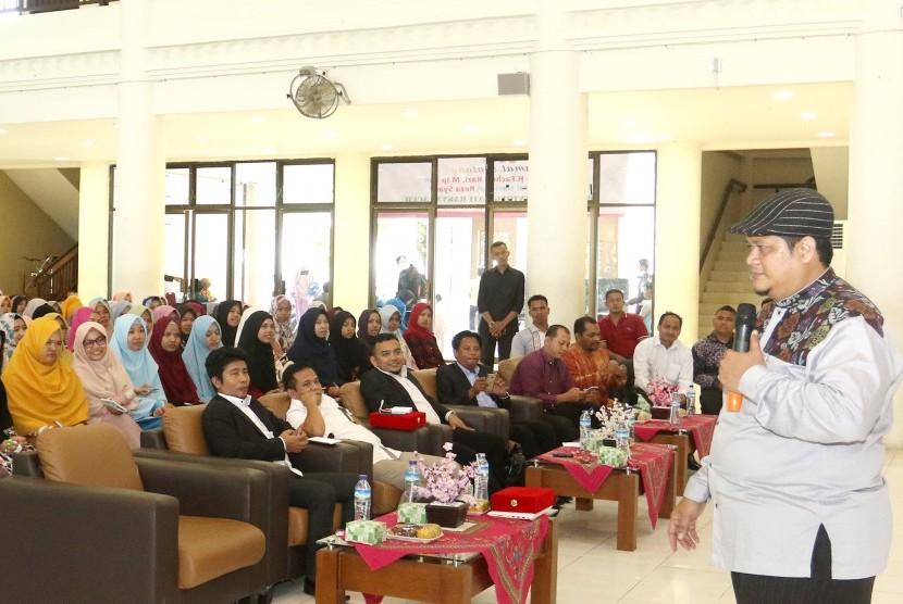 Motivator nasional Reza Syarif memberikan materi pada Sekolah Pemimpin Muda Aceh (SPMA) di hadapan 1.000 mahasiswa Universitas Islam Negeri (UIN) Ar-Raniry, Kamis (11/1) di Auditorium Prof Ali Hasjmy Darussalam, Banda Aceh.