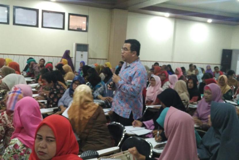 Motivator Suprarasional, Raden Ridwan Hasan Saputra berbagi pengalaman dengan guru di Banggai.