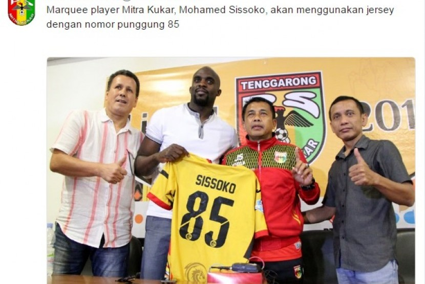 Mohammed Sissoko (kedua kiri) bersama pelatih Mitra Kukar Jafri Sastra (kedua kanan).
