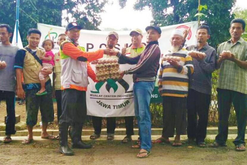Mualaf Binaan LMI menyerahkan bantuan untuk korban longsor Ponorogo, Jawa Timur.