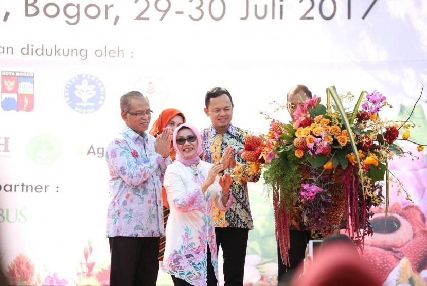 Mufidah Kalla meresmikan Florikultura Indonesia 2017.