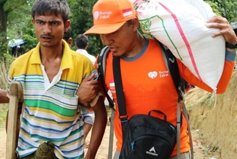 Muhammad Kasan, salah satu pengungsi Rohingya mengantri bantuan kemanusiaan saat im yang tergabung dalam Aliansi Kemanusiaan Indonesia (AKIM) hari Sabtu lalu (7/10) kembali mendistribusikan bantuan pangan.