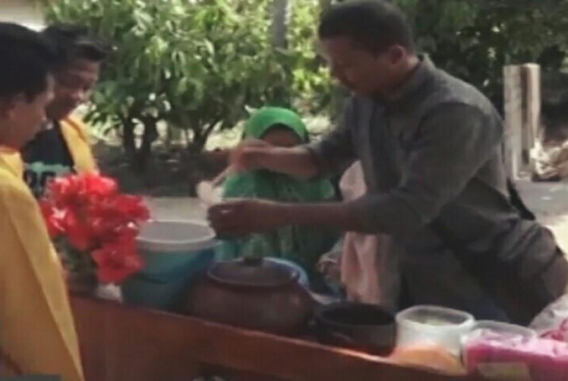 Muhammad Rohman, mahasiswa Universitas Nahdlatul Ulama (UNU) Lampung yang membuat cendol lele sedang melayani pembeli