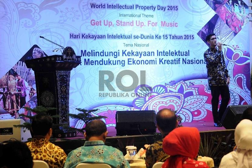 Musisi yang juga Duta Hak Kekayaan Intelektual (HKI) 2015, Afgan Syah Reza bernyanyi saat hari Hak Kekayaan Intelektual (HKI) sedunia ke 15 di Kementerian Hukum dan Ham, Jakarta, Kamis (7/5). (Republika/Agung Supriyanto)