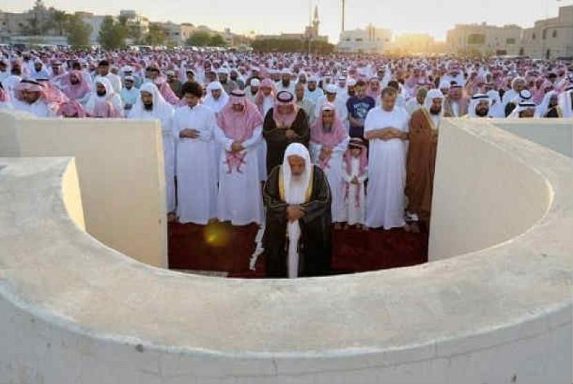Muslim Arab Saudi saat shalat Idul Fitri