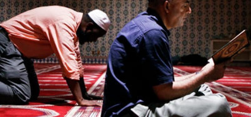 Muslim AS shalat di aula ibadah dalam Islamic Center, Kota New York
