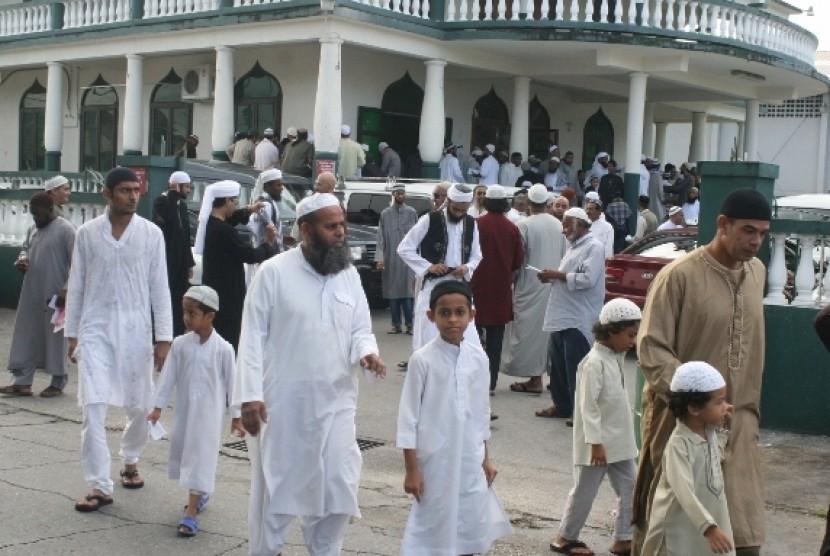 Muslim Barbados usai melaksanakan shalat Idul Fitri berjamaah di sebuah masjid.